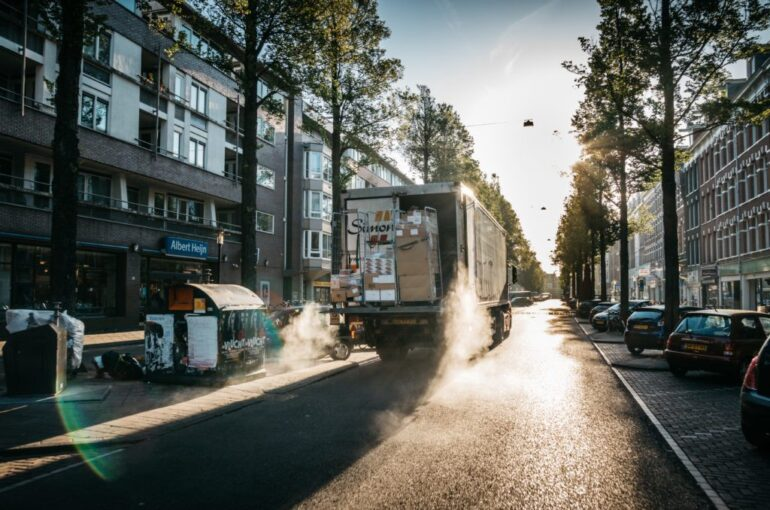 Horizontal Collaboration and AI for better urban logistics